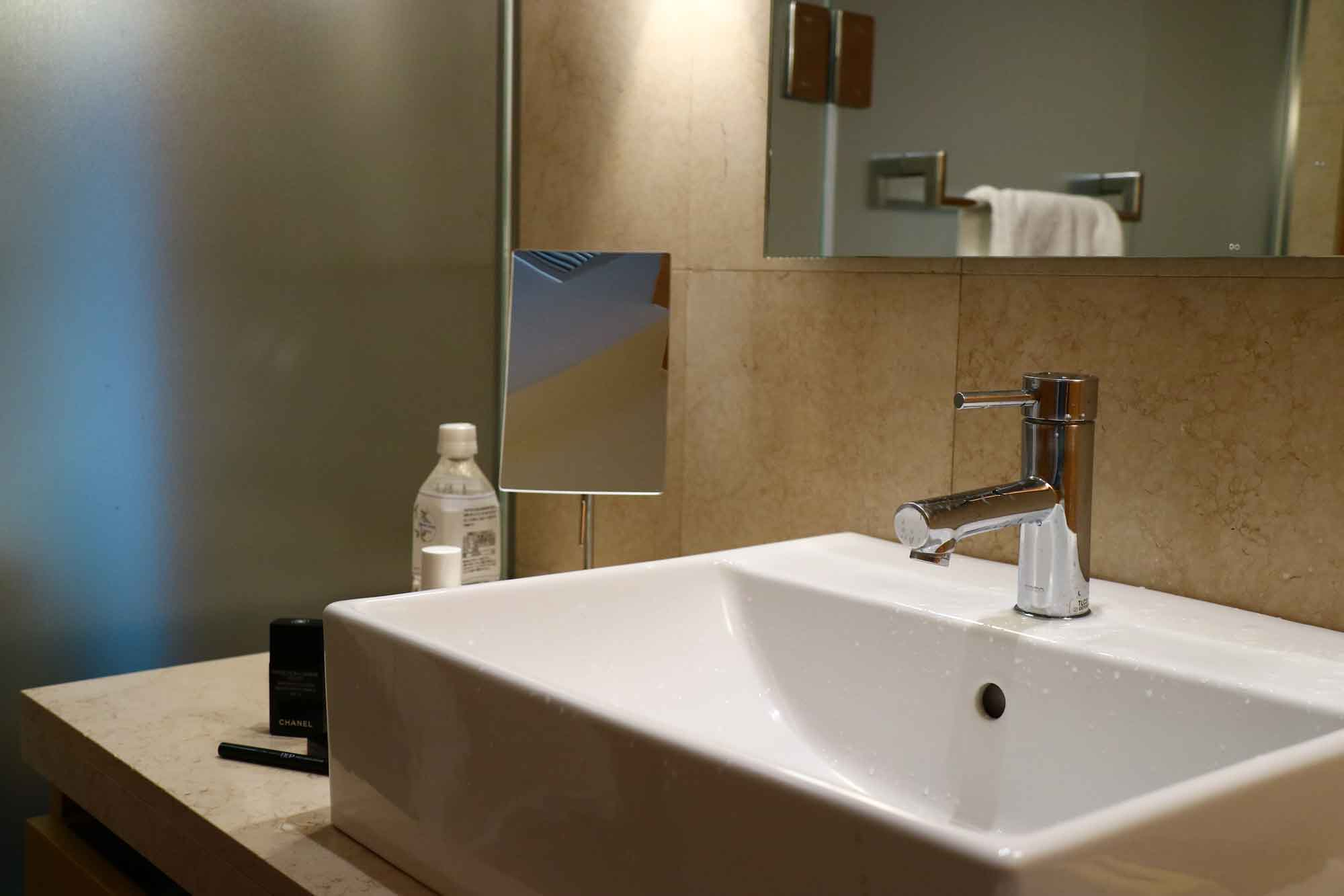 ホテルのバスルームにある拡大鏡は何のため?